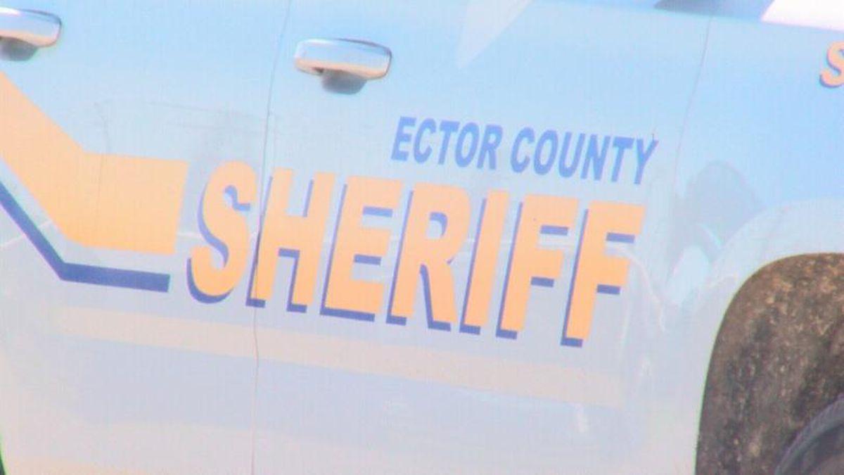Alguaciles del Condado Ector balean los neumáticos de un vehículo durante la persecución en el Kermit Hwy para detener el auto