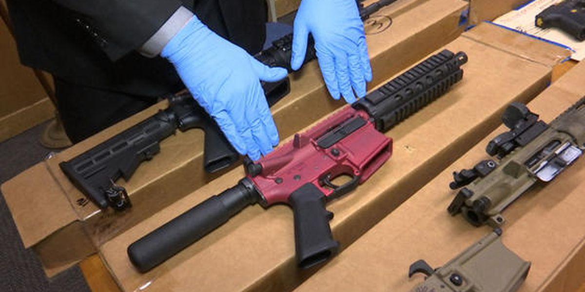Por qué las acciones de Biden para prevenir la violencia con armas no son suficientes, según los expertos