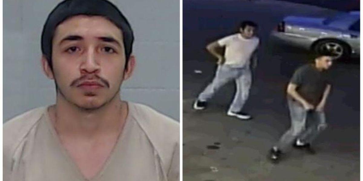 El sospechoso de robo agravado se entrega, la búsqueda continúa para sospechosos adicionales