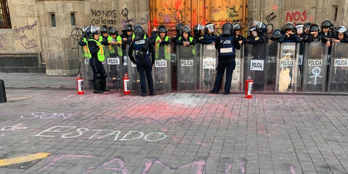 Mujeres protestan en Palacio Nacional de México contra los feminicidios tras brutal asesinato de Ingrid Escamilla