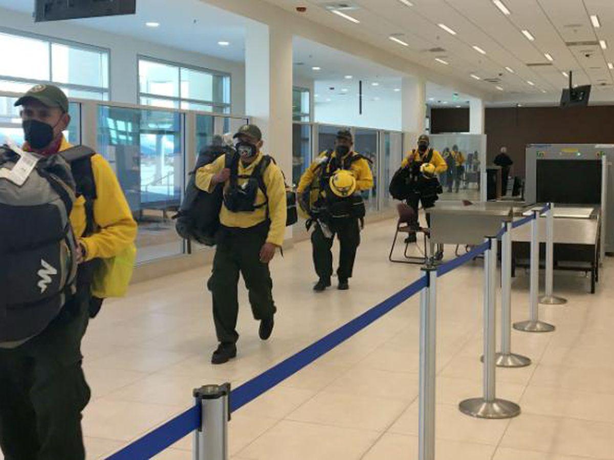 Bomberos mexicanos llegan a California para ayudar a combatir incendios forestales