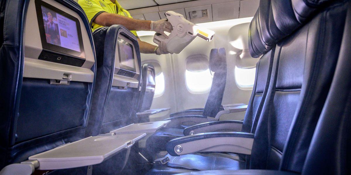 Estudio: dejar el asiento del medio libre en los aviones reduce el riesgo de exposición a COVID