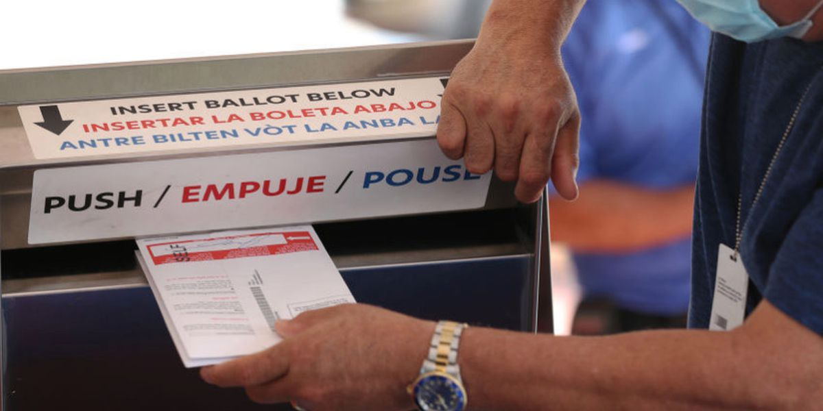 Juez bloquea orden de Abbott de limitar sitios para depositar votos por correo en persona