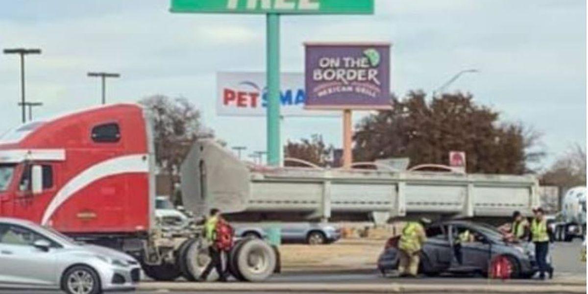 Un automóvil termina debajo de un camión en un accidente de Midland