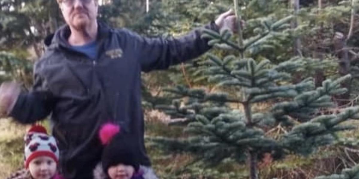 Mellizas de 4 años se sueltan de sus sillas y buscan ayuda tras choque en el que murió su padre