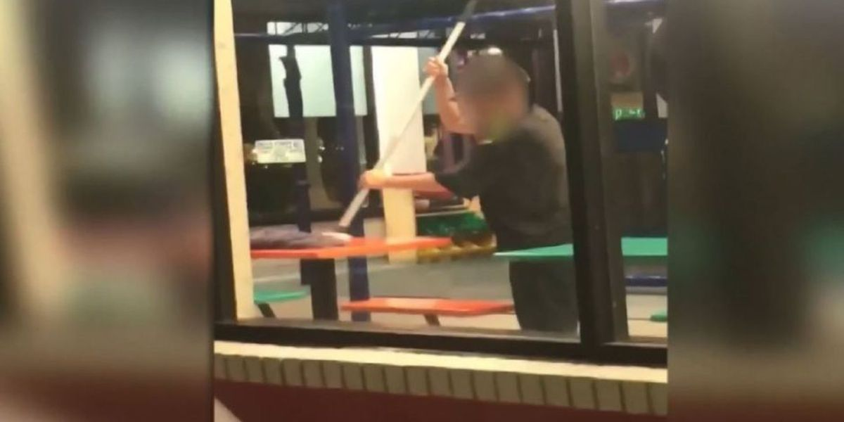 Captan a empleado de Burger King limpiando mesas con un trapeador