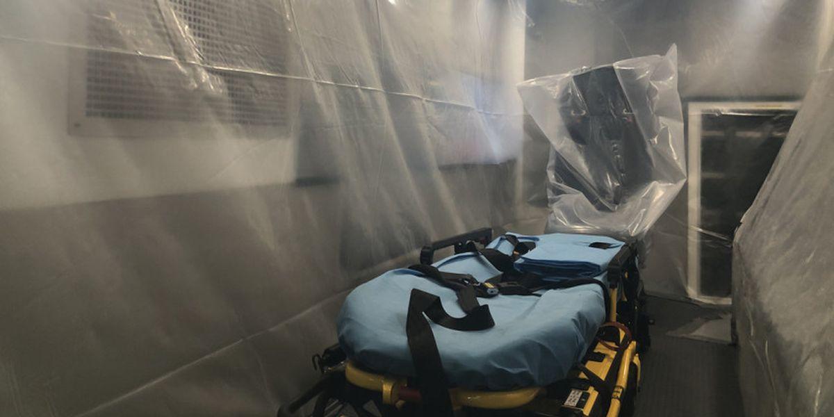 Cubren con plástico la ambulancia que trasladó a paciente con coronavirus