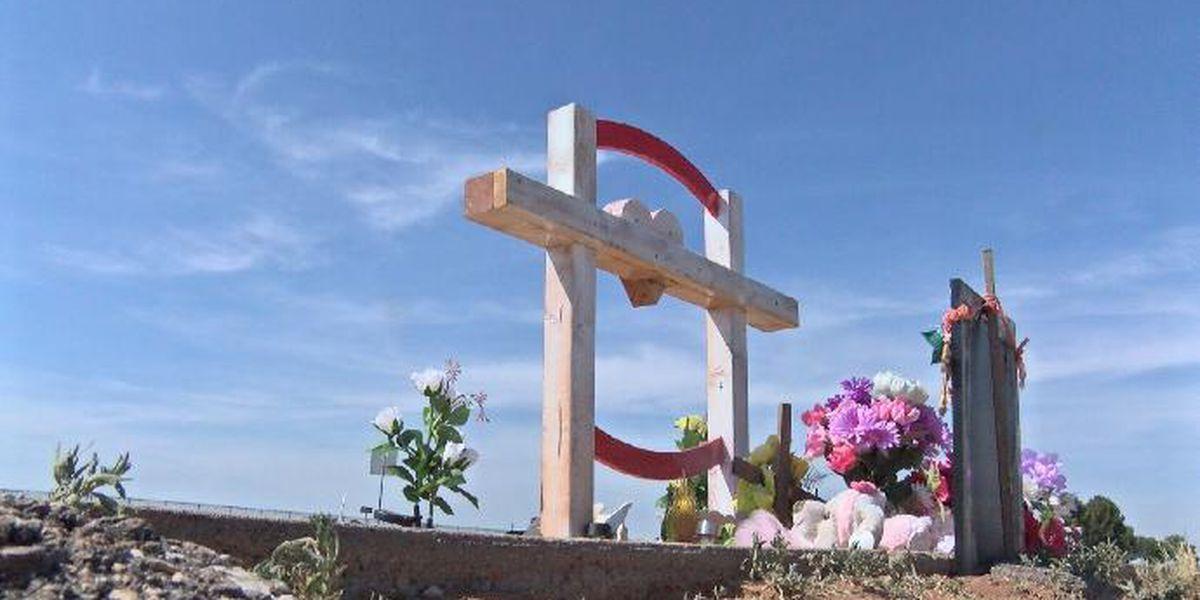 Monumento de cruz construido para las gemelas de Odessa que fallecieron por presunto conductor ebrio