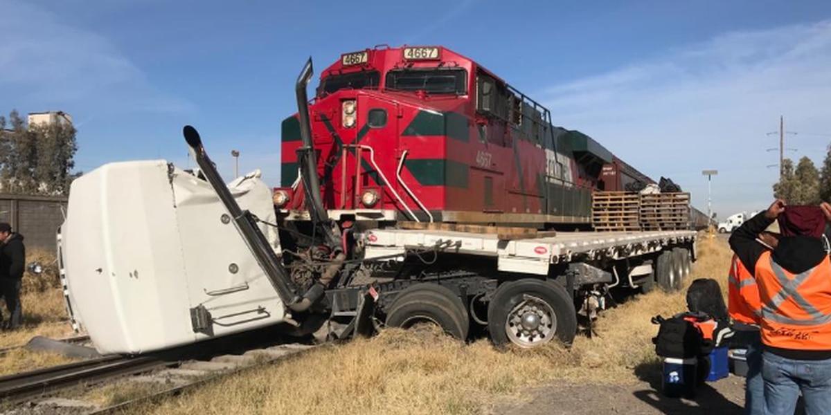 Tracto camión intenta ganarle el paso al tren y provoca un accidente