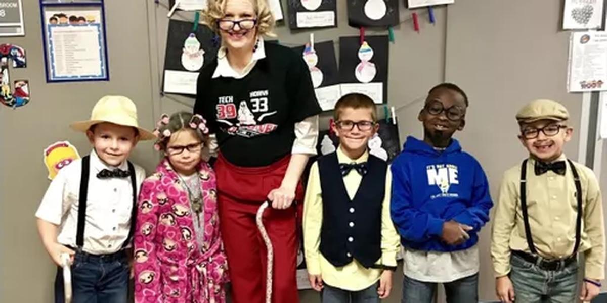 Algunos de los estudiantes de E.C.I.S.D. celebran 100 días en la escuela de una manera única