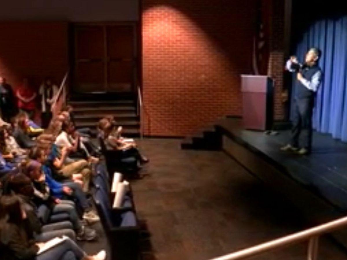 El alcalde de Midland visita el centro Carver para hablar con los estudiantes